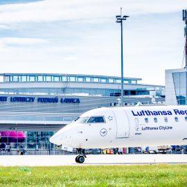 Samolot przed terminalem portu lotniczego